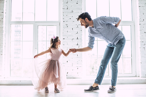 Dad with daughter at home 956002754