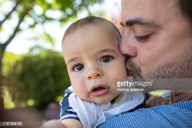 daddy, i'll take a selfie while you kissing me - olhos castanhos imagens e fotografias de stock