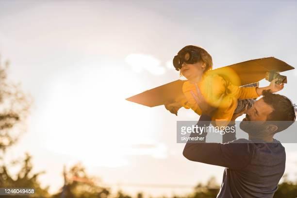 pappa, jag är ett flygplan! - son bildbanksfoton och bilder