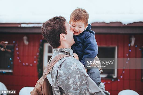 daddy soldier is back home - army christmas stock pictures, royalty-free photos & images