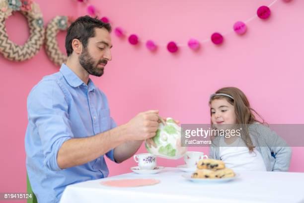 festa del tè papà-figlia - principessa foto e immagini stock