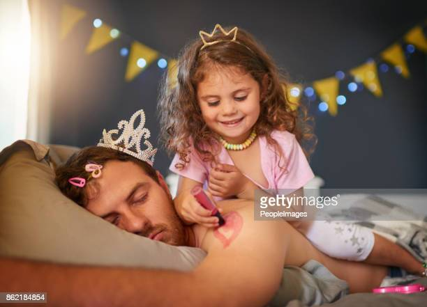 papa est sa planche à dessin préféré - dormir humour photos et images de collection