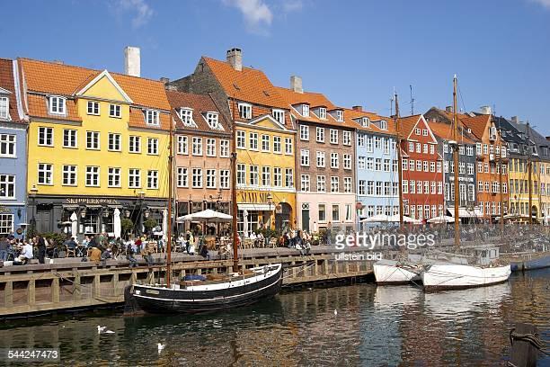Daenemark, Kopenhagen, Nyhavn - Schiffe vor der Hafenpromenade