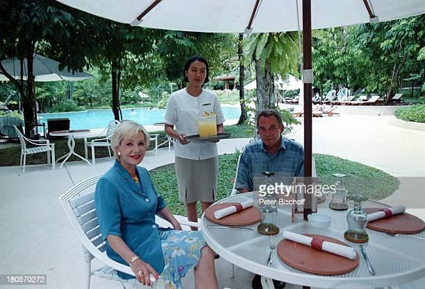 Dagmar Berghoff Ehemann Dr PeterMatthaes N3Reihe Heimat in der FerneMalaysia/Insel Langkawi/Asien Hotel TheAndaman Hotelangestellte TerrasseEssen...