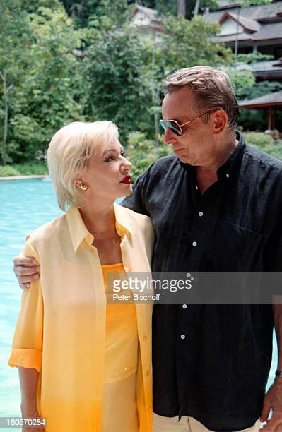 Dagmar Berghoff Ehemann Dr PeterMatthaes N3Reihe Heimat in der FerneMalaysia/Insel Langkawi/Asien Hotel TheAndaman Pool Sonnenbrille