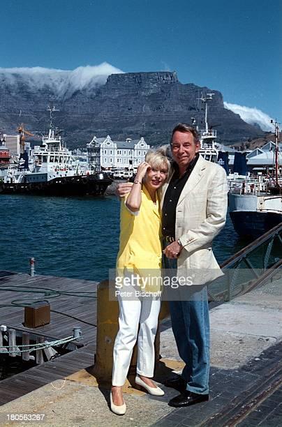 Dagmar Berghoff Ehemann Dr PeterMatthaes WaterfrontKapstadt/Südafrika/Afrika währendDreharbeiten zu Heimat in der FerneARDProduktion Anlegeplatz...