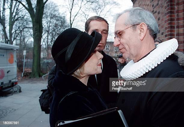 Dagmar Berghoff Pastor Helge Adolfsen Sohnvon Dr Peter Matthaes aus 1 Ehe Trauerfeier Dr Peter MatthaesHamburgHarvestehude Kirche am...