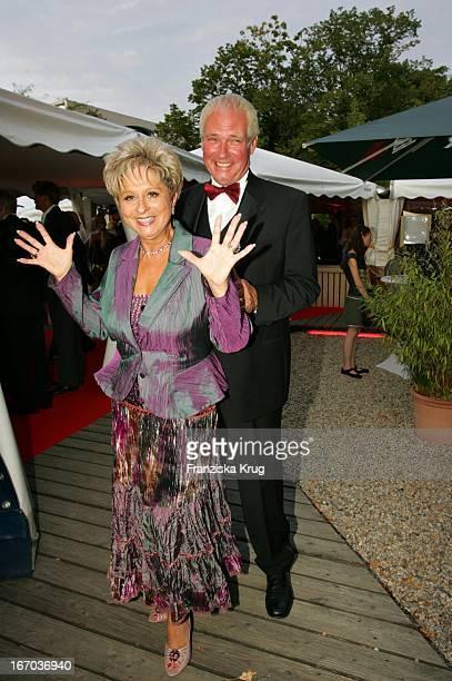 Dagmar Frederic Und Ehemann Dr Klaus Lenk Bei Der Verleihung Des Brisant Brillant Im Tipi Zelt Am Kanzleramt In Berlin Am 030905