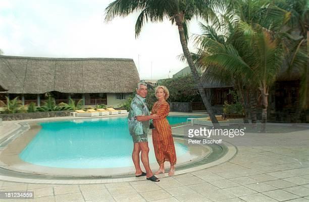 Dagmar Koller Ehemann Dr Helmut Zilk Urlaub Mauritius/Afrika Indischer Ozean Pool des Luxushotels Royal Palm Wasser Promis Prominente Prominenter