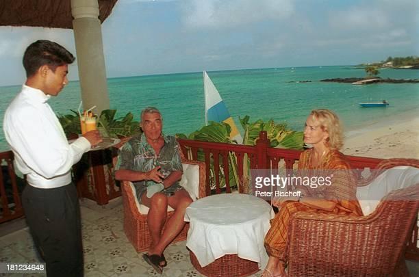 """Dagmar Koller , Ehemann Dr. Helmut Zilk , Urlaub, Mauritius/Afrika, , Indischer Ozean, Terrasse des Luxushotels """"Royal Palm"""", Meer, Wasser, Getränk,..."""