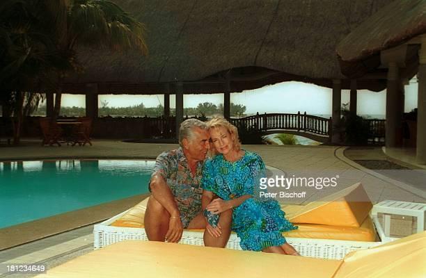 "Dagmar Koller , Ehemann Dr. Helmut Zilk , Urlaub, Mauritius/Afrika, , Pool des Luxushotels ""Royal Palm"", Wasser, Promis, Prominente, Prominenter,"
