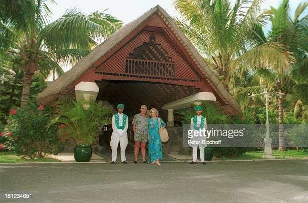 "Dagmar Koller , Ehemann Dr. Helmut Zilk , Urlaub, Mauritius/Afrika, , Eingang vom Luxushotel ""Royal Palm"", Promis, Prominente, Prominenter,"