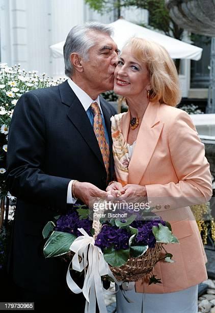 Dagmar Koller mit Ehemann Dr Helmut Zilk FleuropLady 1996 Eliza Doolittle in My fair Lady Kuß küssen Paar Blumen Sängerin Schauspielerin Promis...