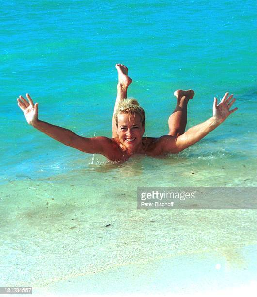 "Dagmar Koller , Urlaub, Mauritius/Afrika, , Indischer Ozean, Strand des Luxushotels ""Royal Palm"", Meer, Wasser, baden, Bikini, Promis, Prominente,..."