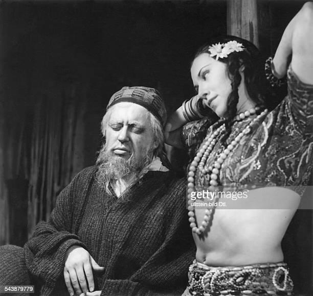 Dahlke Paul Actor Germany * with actress Anna Dammann in the play 'Der Weber von Bagdad' by Hjalmar Bergman Deutsches Theater Berlin Photographer...