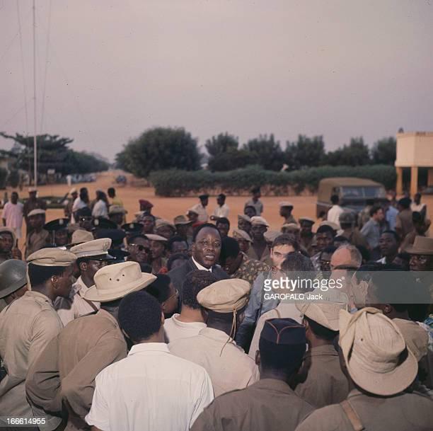 Dahomey Ministers In Togo En visite au Togo un ministre du Dahomey de face en costume parmi des militaires