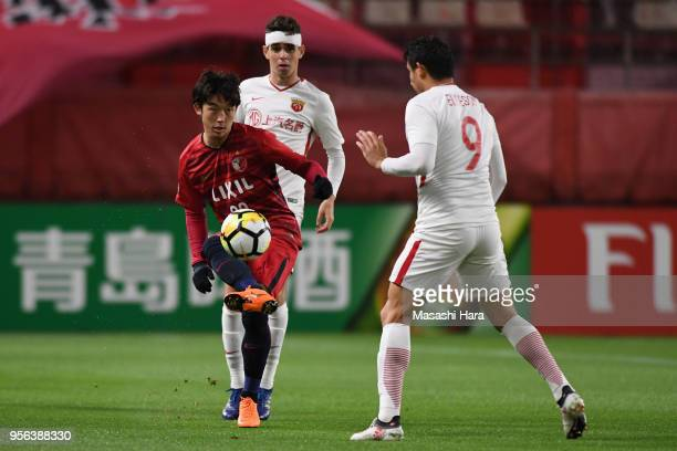 Daigo Nishi of Kashima Antlers controls the ball under pressure of Oscar and Elkeson of Shanghai SIPG during the AFC Champions League Round of 16...