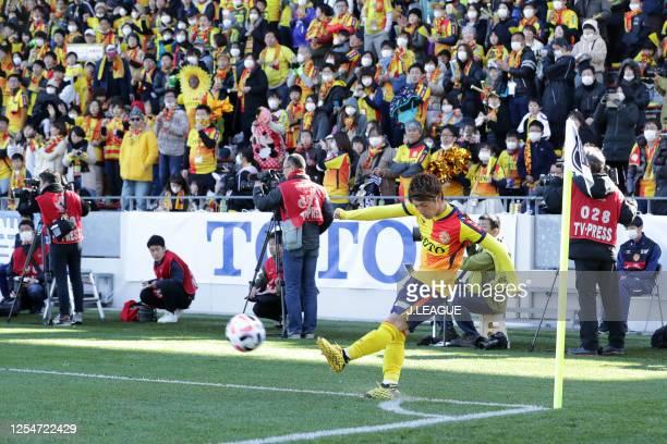Daigo Takahashi of Giravanz Kitakyushu takes a corner kick during the J.League MEIJI YASUDA J2 match between Vissel Kobe and Yokohama FC at Mikuni...