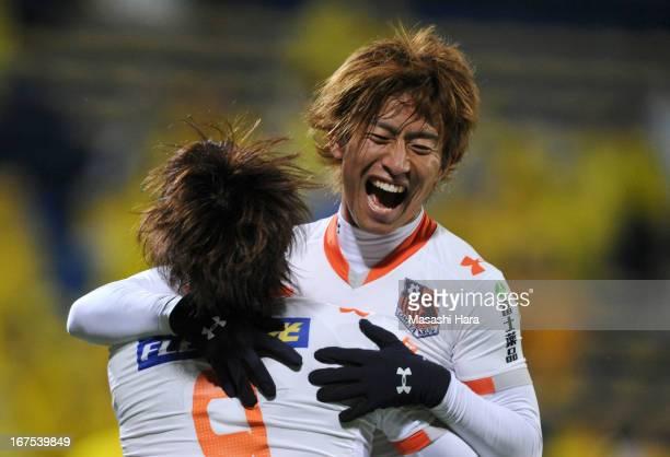 Daigo Watanabe of Omiya Ardija celebrates the fourth goal during the J.League match between Kashiwa Reysol and Omiya Ardija at Hitachi Kashiwa Soccer...