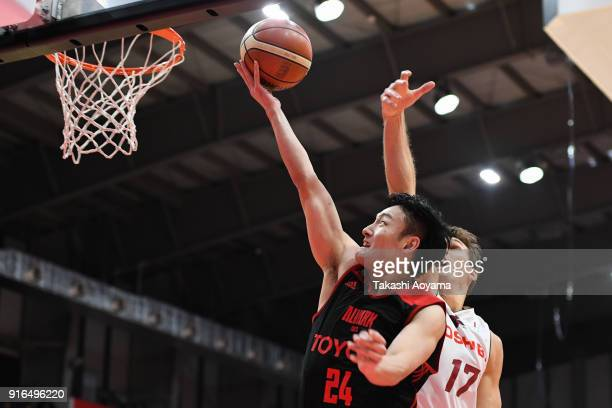Daiki Tanaka of the Alvark Tokyo shoots while under pressure from Lou Amundson of the Kawasaki Brave Thunders during the BLeague match between Alverk...