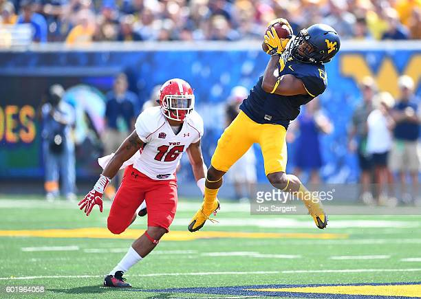 Daikiel Shorts of the West Virginia Mountaineers makes a catch in front of Jermiah Braswell of the Youngstown State Penguins during the second...