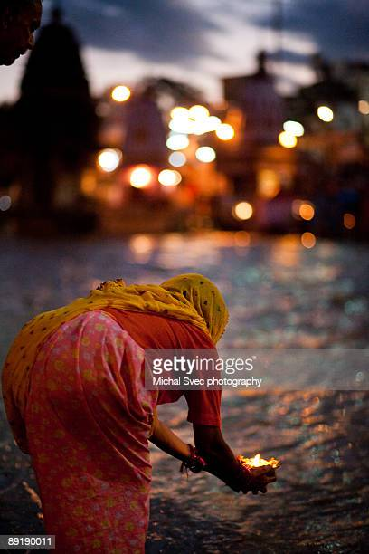 daily hindu puja in haridwar - haridwar stock pictures, royalty-free photos & images
