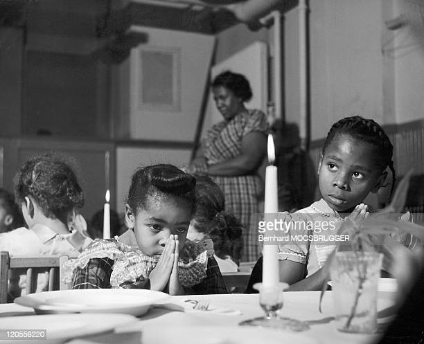 Daily Life In United States in the sixties The afroamericains children make their prayer before the meal