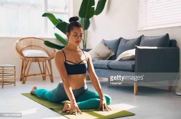 dagelijkse yoga praktijk zal helpen rekken en toon je lichaam spieren - mattone stockfoto's en -beelden