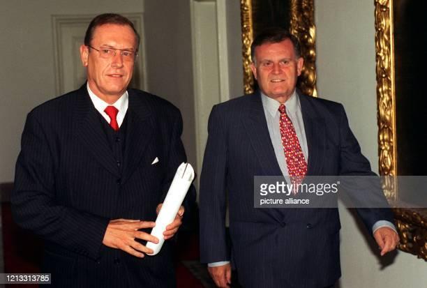 DaimlerChef Jürgen Schrempp und der badenwürttembergische Ministerpräsident Erwin Teufel treffen sich am 2591995 in Stuttgart zu einer Unterredung...