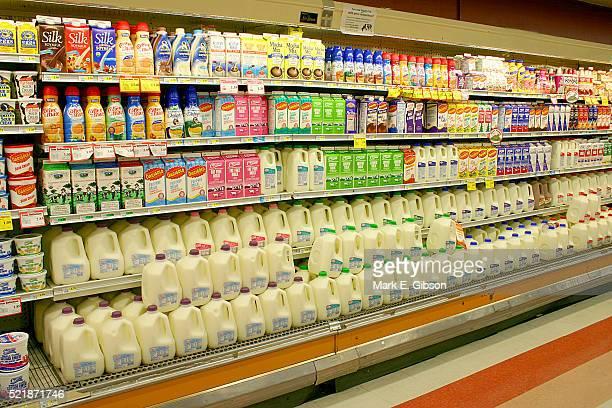dairy products at the supermarket - milk carton - fotografias e filmes do acervo