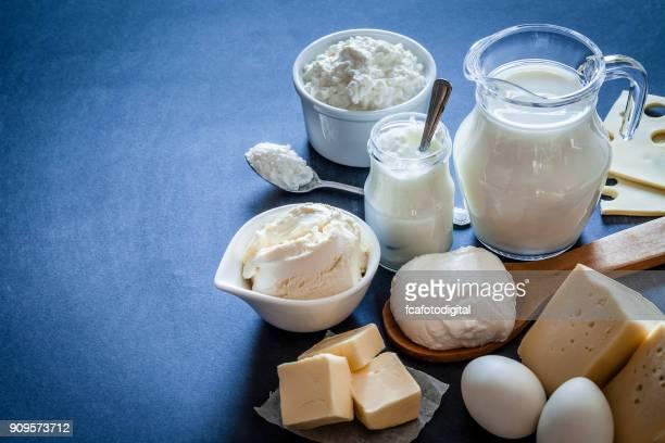 Milchprodukten auf bläuliche Tönung Hintergrund gedreht