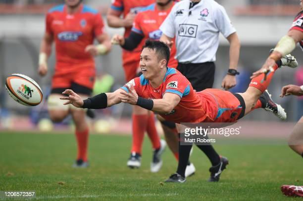 Daisuke Inoue of Kubota Spears passes the ball during the Rugby Top League match between Kubota Spears and Hino Red Dolphins at Yumenoshima Stadium...