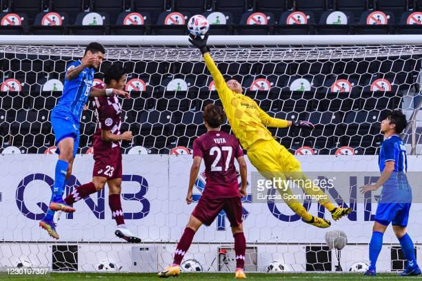 Daiya Maekawa of Vissel Kobe defends the ball during the AFC Champions League semi final match between Ulsan Hyundai and Vissel Kobe at the Jassim...