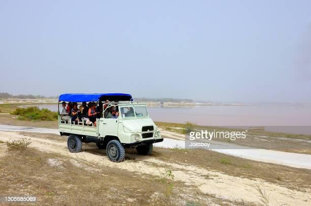 camion touristique dakar lake retba - lac rose photos et images de collection