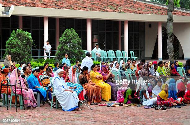 dakha, bangladesh: christians at the tejgaon church - christendom stockfoto's en -beelden