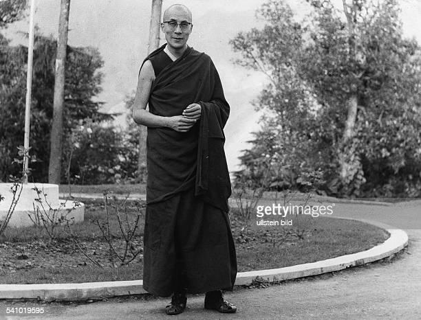Dalai Lama 14 *Geistliches Oberhaupt der Tibeter ChinaFriedensnobelpreis 1989 Ganzkoerperaufnahme im Exil in Indien undatiert