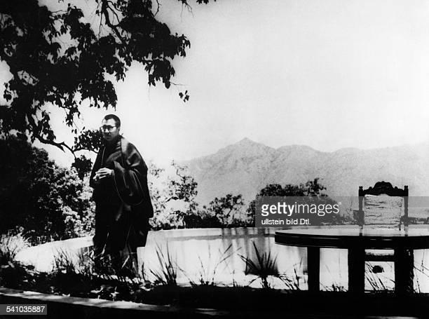 Dalai Lama 14 *Geistliches Oberhaupt der Tibeter ChinaFriedensnobelpreis 1989 im Park seines ExilWohnsitzes inMussoorie Indien 1959