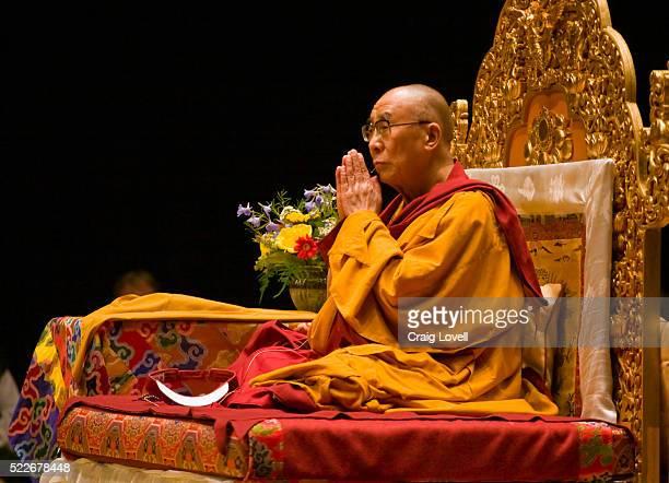 dalai lama teaching in bloomington, indiana - dalai lama photos et images de collection