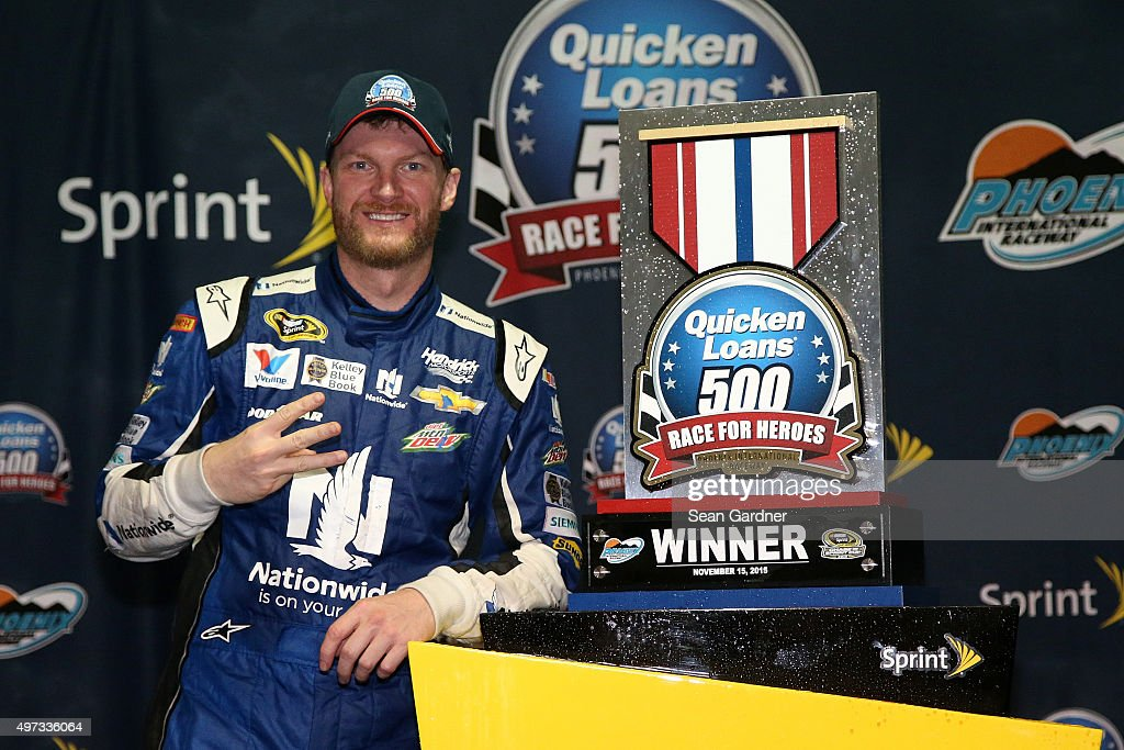 NASCAR Sprint Cup Series Quicken Loans Race for Heroes 500 : News Photo