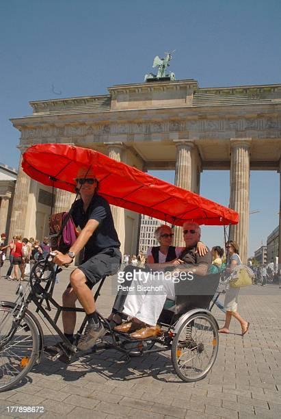Daliah Lavi Ehemann Chuck Gans Brandenburger Tor Berlin Deutschland Europa Fahrradkutsche Sonnenbrille Sängerin Schauspielerin