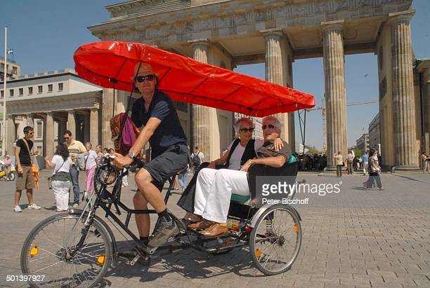 Daliah Lavi Ehemann Chuck Gans Brandenburger Tor Berlin Deutschland Europa Fahrradkutsche Sonnenbrille Sängerin Schauspielerin Promi BB DIG PNr...