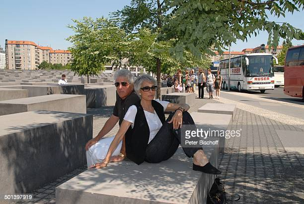 Daliah Lavi Ehemann Chuck Gans HolocaustDenkmal Stelenfeld für die ermorderten Juden Europa Berlin Deutschland Europa Sonnenbrille Sängerin...