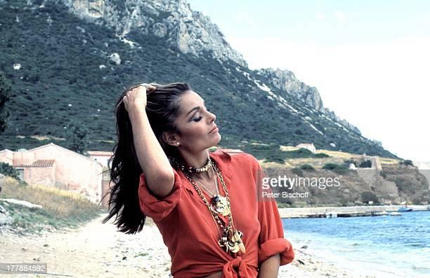 Daliah Lavi PersonalityTVShow Insel Sardinien Italien Europa Strand Mittelmeer Strand Augen zu geschlossen sonnen relaxen barfuß Haare zurück nehmen...