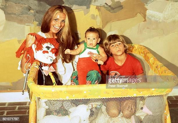 Daliah Lavi Sohn Alexander Sohn Rouven Homestory Miami Florida USA Nordamerika Laufstall Puppe Kuscheltier Kind Baby Sängerin ExSchauspielerin...