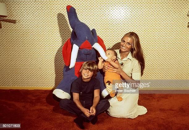Daliah Lavi Sohn Alexander Sohn Rouven Homestory Miami Florida USA Nordamerika Elefant Kuscheltier spielen Kind Baby Sängerin ExSchauspielerin...