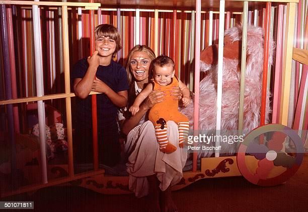 Daliah Lavi Sohn Alexander Sohn Rouven Homestory Miami Florida USA Nordamerika ZirkusWagen Gitter Kuscheltier spielen Kind Baby Sängerin...