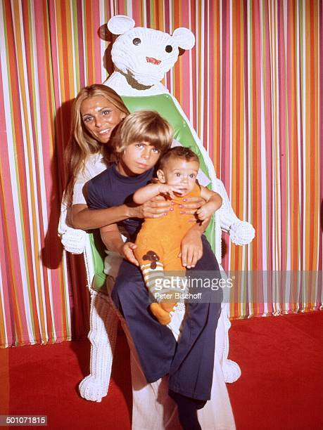 Daliah Lavi Sohn Alexander Sohn Rouven Homestory Miami Florida USA Nordamerika Teddy Teddybär Kuscheltier spielen Kind Baby Sängerin ExSchauspielerin...