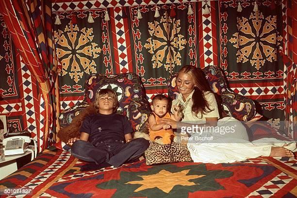 Daliah Lavi Sohn Alexander Sohn Rouven Homestory Schlafzimmer Miami Florida USA Nordamerika Kissen Bett Entspannung relaxen Telefon Kind Baby...