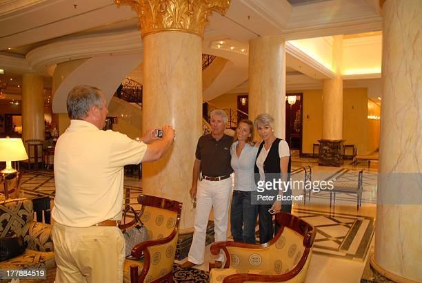 Daliah Lavi und Ehemann Chuck Gans mit Fans Hotel Ritz Carlton Berlin Deutschland Europa fotografieren Sängerin Schauspielerin