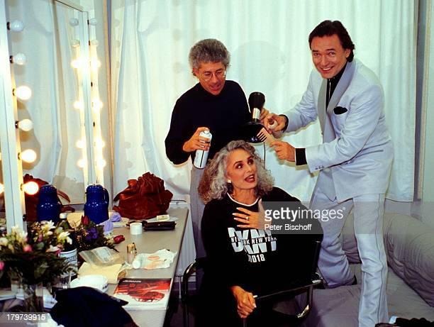 Daliah Lavi und Ehemann Chuck Gans sowie mit Sänger Karel Gott in der Gardrobe Aufnahme gemeinsamer DuettCD Backstage Haare stylen Föhn Bürste...